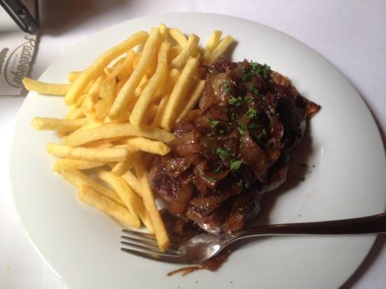 Restaurant Steakhaus Zur Burg: rumpsteak with onions and fries