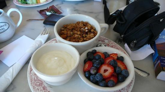 Coast Village Inn: Breakfast at Jeannine's