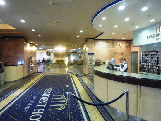 President Hotel: Lobby is bright and airy