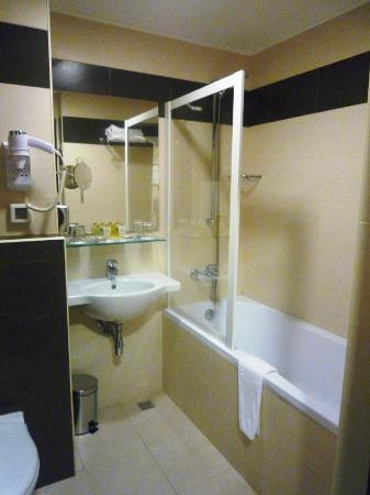 President Hotel: Bathroom is not too crampy