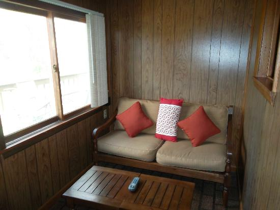 Rivers Edge Resort and Motel: walk in area/ enclosed porch