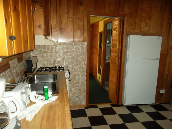 Rivers Edge Resort and Motel: kitchen area