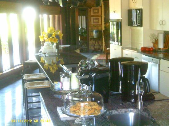 Twin Pine Manor Bed & Breakfast: Complimentary coffee, tea, and treats!