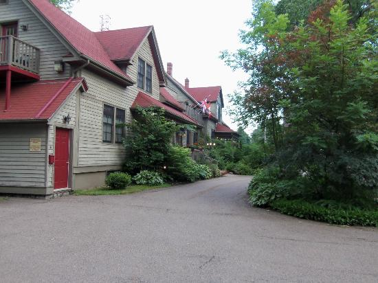 Shipwright Inn: A view of the Inn from the parking lot