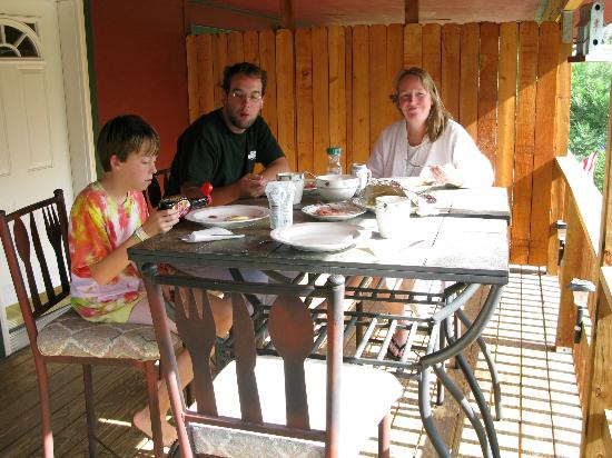 Dripping Springs Resort: Breakfast al fresco on the front balcony...neighbors just on the other side of wooden door.