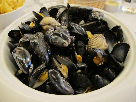 Vin et Maree: Mussels and Amandes with cream sauce, very HUGE!