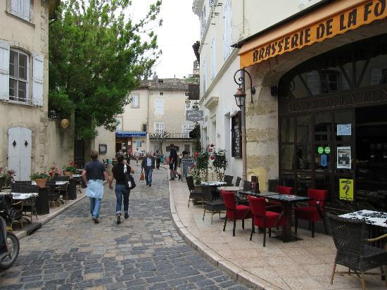 Café de la Fontaine: 歩道に設置されたテーブル席