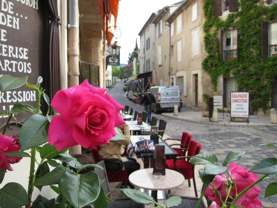 Cafe de la Fontaine: 歩道に設置されたテーブル席