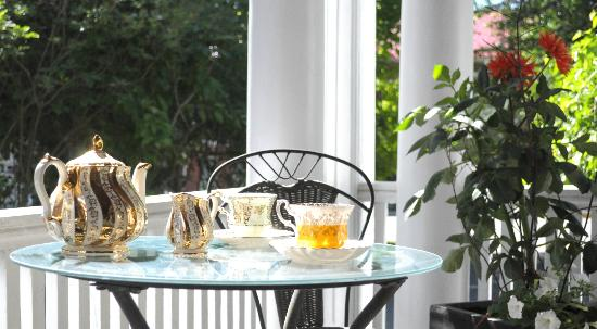 The Old Carriage House B&B: Front Porch Tea