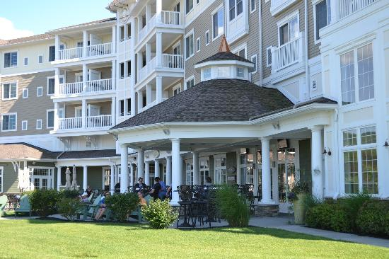 Watkins Glen Harbor Hotel: Hotel & Grounds