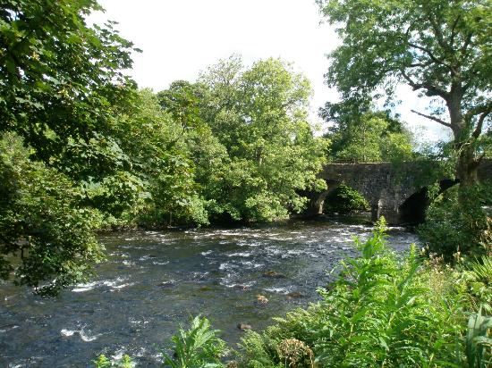 Bridgend Cottage Bed and Breakfast: River Leny passing metres from beautiful Bridgend Cottage