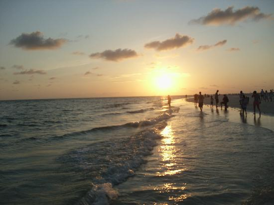 The Sea Spray Resort: Most amazing sunsets-it is truly an event every night!