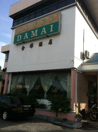 Parit Buntar, Malaysia: The front view of DAMAI hotel...