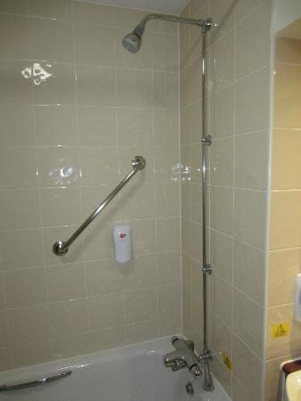 Premier Inn Watford (Croxley Green) Hotel: Shower facilities