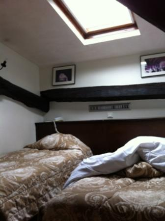 Castex Hotel: Loft with 2 twin beds and skylight and a/c