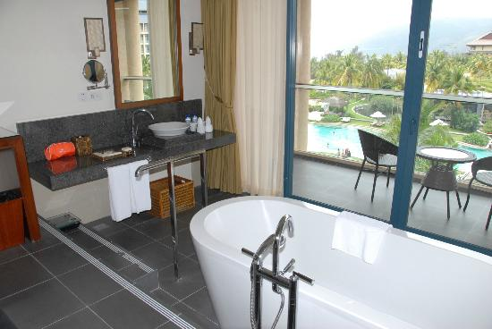 Hilton Sanya Yalong Bay Resort & Spa: Beautiful tub/bathroom