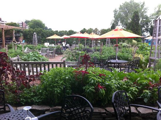 Harvest On Hudson: Garden Seating At Harvest On Hastings
