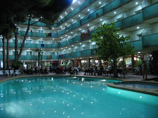 Silken Canada Palace: Piscina de noche