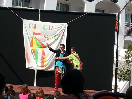 Best Oasis Tropical: Dia del circo con los animadores