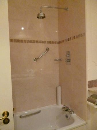 Randles Hotel: Full size bath and large rainfall showerhead