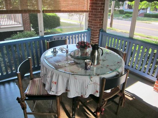 Raphael Inn: Breakfast setting on screened frront porch