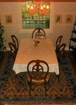 Arsenic and Old Lace Bed & Breakfast Inn: Dining room and gift area