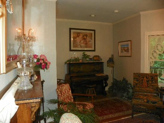 Arsenic and Old Lace Bed & Breakfast Inn : piano in living room area