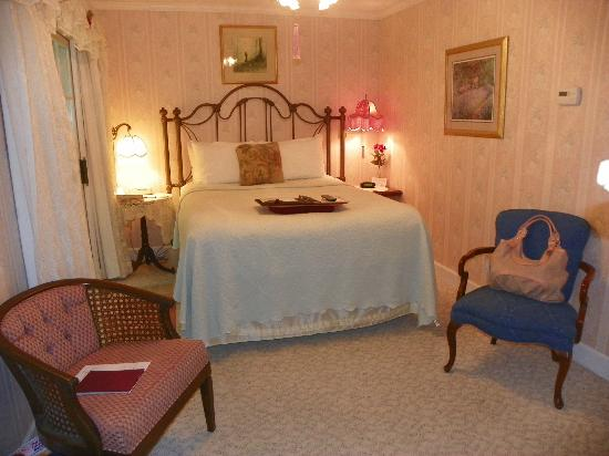 Arsenic and Old Lace Bed & Breakfast Inn : bed in Chantilly Rode room