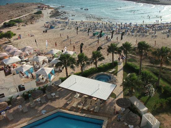 Tasia Maris Sands Beach Hotel: View from room of pool area, bar next door & beach