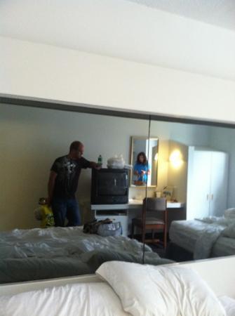 Microtel Inn & Suites by Wyndham Gulf Shores : dark mirrors behind beds