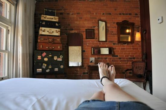 Gladstone Hotel: The travel themed room