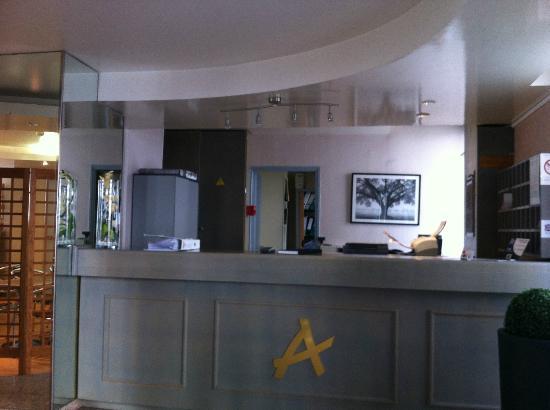 Hotel Des Arts: Reception