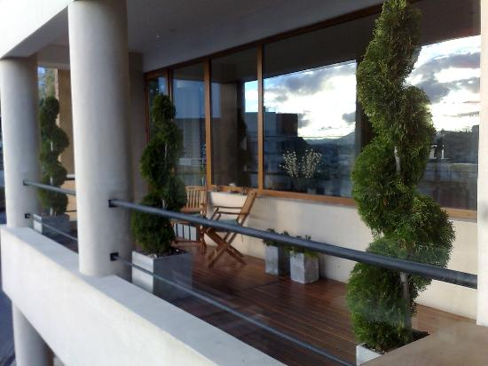 View Boutique Hotel: Balcony adjacent to the lounge and reception area