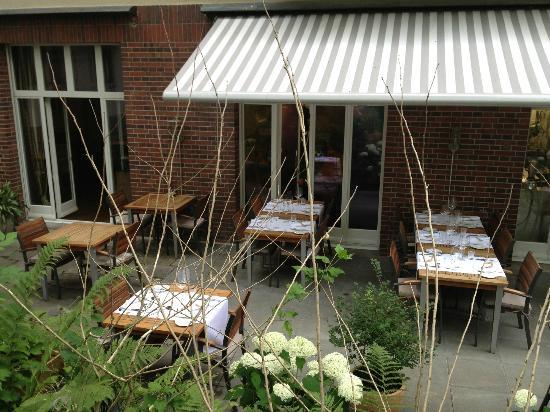 Restaurant Essort : Im romantischen Garten unter alten Bäumen