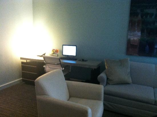 Kimpton Lorien Hotel & Spa: Desk area/Living Room
