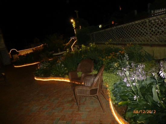 Martha's Vineyard Surfside Motel: Garden lighted night view