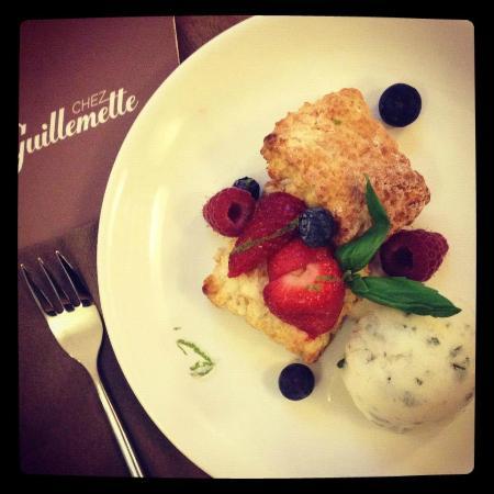 Chez Guillemette: Scone, fruits rouges, glace citron & basilic