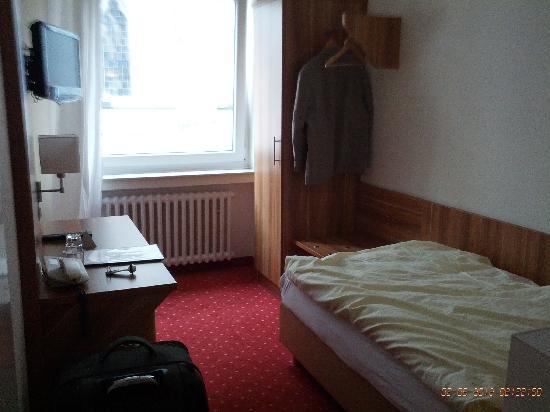 Beethoven Hotel: Blick in Fensterrichtung im engen Einbettzimmer