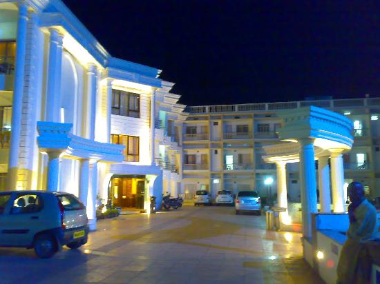 Victoria Club Hotel: Carparking and adjoining courtyard