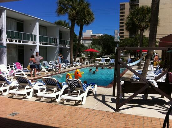 Holiday Shores Motel, Oceana Resorts: the pool in the center of the hotel..