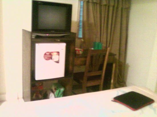 Hotel Paseo Delfin: TV Fridge and a Lil table to eat