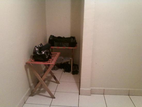 Hotel Paseo Delfin : Lil Closet space