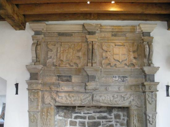Donegal Town, Irlanda: Large fireplace in Tower House added by Brooke