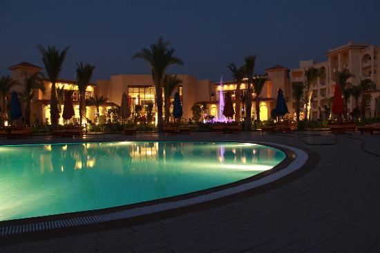 Serenity Fun City: Vue de nuit depuis la piscine