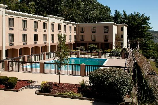BEST WESTERN PLUS University Inn Steubenville: Outdoor Heated Pool  (Open Memorial Day to Labor Day)
