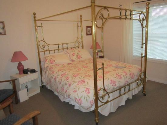 The White Horse Bed and Breakfast: comfortable four poster bed