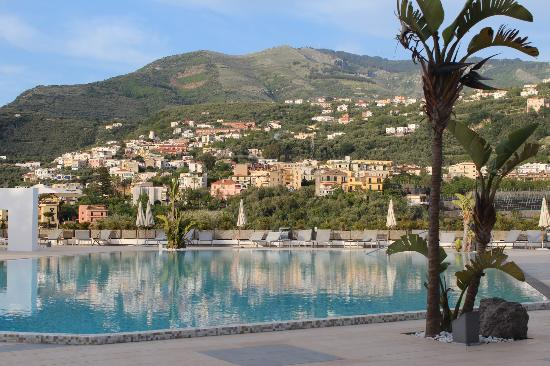Seiano, Italia: View from the pool area.