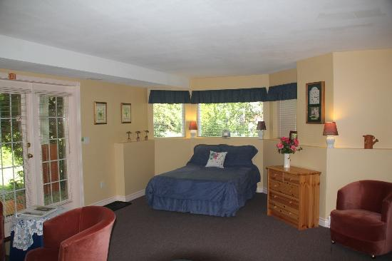 The Inn at the Ninth Hole Bed & Breakfast: bedroom looking towards window