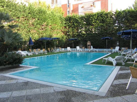Piscina con trampolino picture of vittoria parc hotel for Piscina wspace bari