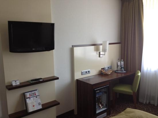 Favored Hotel Scala: tv and desk